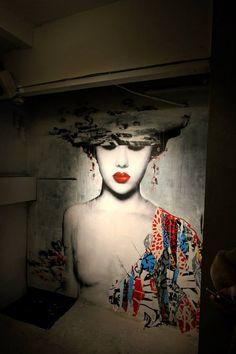 Création du street artist anglais HUSH. Mélange de différentes techniques (collage, graffiti, pochoir, dessin) dans un univers peuplé de geisha japonaises.~~