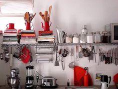 cómo decorar cocinas pequeñas con espacio de almacenamiento con colgadores y ganchos