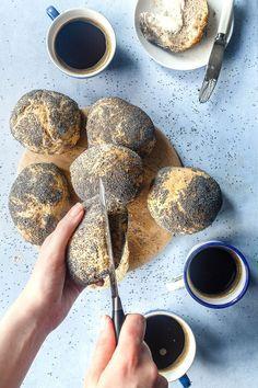 Hjemmebagte rundstykker som er sprøde og luftige er muligt. Bag selv verdens bedste rundstykker som bageren laver dem. Få den nemme og simple opskrift her! Cooking Bread, Bread Baking, Bread Food, Kitchenaid, Denmark Food, Cocktail Desserts, Danish Food, Food Crush, Bread Bun