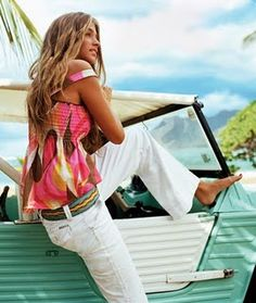 fabulous contrast between white pants and a bright colored top