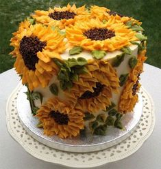 I think this is the prettiest cake i have ever seen. I think i will pretend this is my birthday cake this year cake decorating recipes kuchen kindergeburtstag cakes ideas Pretty Cakes, Cute Cakes, Beautiful Cakes, Amazing Cakes, Food Cakes, Cupcake Cakes, Sunflower Cakes, Sunflower Party, Sunflower Birthday Cakes