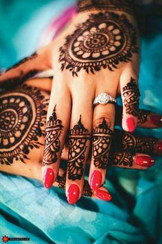 Round henna pattern