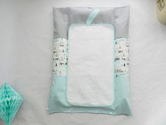 Une jolie housse de matelas à langer avec un change en éponge de qualité 450g/M pour compléter la décoration de la chambre de bébé.    Elle mesure 80 cm sur 59 cm, la ser - 16387124