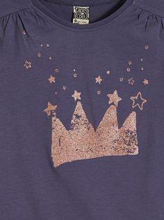LE TEE-SHIRT RIGOLO :                     Le tee-shirt des vraies princesses à collectionner dans les différentes couleurs !            LE TEE-SHIRT RIGOLO, col rond, mancherons, plis fantaisies sous épaules, print paillettes.