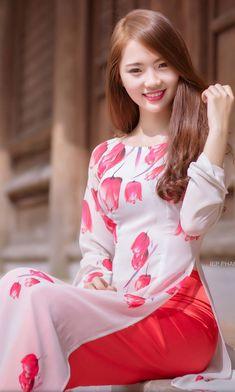 Vietnamese and Asian Beauty Girls. Vietnamese Traditional Dress, Vietnamese Dress, Traditional Dresses, Beautiful Young Lady, Beautiful Asian Women, Ao Dai, White Girls, Stylish Dresses, Long Dresses