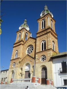 Sesquile's central square church. Scouting trip around Sesquilé, Guatavita and La Calera | Uncover Colombia