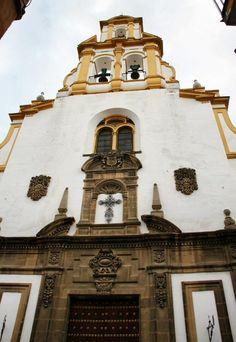 Iglesia de Santa Cruz en el Barrio de Santa Cruz en Sevilla . Diseño de fachada de Juan Talavera y Heredia