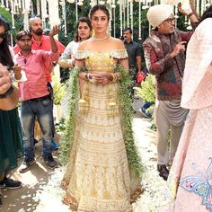 Baby's breath drape as a dupatta? We Approve! Check out Kalindi Puri a.k.a #KareenaKapoor's look in the freshly released @vdwthefilm. What…