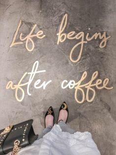 Elan Cafe – prawdopodobnie najpiękniejsza kawiarnia w całym Londynie! Cafe Shop Design, Coffee Shop Interior Design, Small Cafe Design, Bakery Design, Restaurant Interior Design, Cozy Coffee Shop, Coffee Cafe, Starbucks Coffee, Pink Cafe