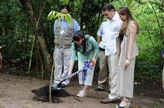 La princesa japonesa siembra un árbol de ceiba en el Parque Arqueológico Copán Ruinas. AFP.