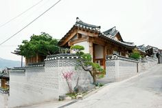 Traditional Korean Hanoks: Exterior of an exquisite Korean hanok with signature tiled roof and wood beams Modern Courtyard, Courtyard House Plans, Traditional Exterior, Traditional House, Modern Traditional, Exterior Tradicional, Scandinavian Architecture, Asian Architecture, Architecture Design