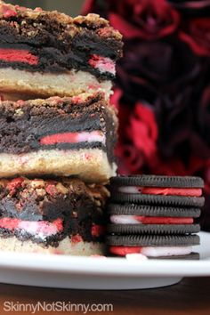 I am SO going to make these for Christmas! Peppermint Oreo Cookie Brownies - Skinny Not Skinny Best Christmas Desserts, Holiday Treats, Holiday Recipes, Christmas Brownies, Christmas Cookies, Just Desserts, Delicious Desserts, Dessert Recipes, Holiday Baking