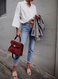 Tous les conseils pour bien choisir ton jean droit et comment le porter avec style ! Tous les conseils & idées de tenues sont dans cet article ! #tenuefemme40ans #blogmodefemme40ans #tenuestylée #élégante #jean #jeandroit #chemiseblanche #blazerimprimé #ceinture
