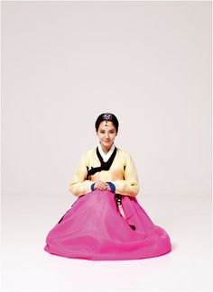 Song Ji Hyo dresses up in a beautiful hanbok for Lunar New Year