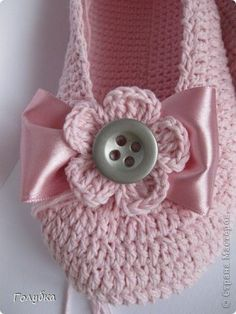 Crochet slippers - pattern isn't in English, but the bow could be added to any slippers. Crochet Boots, Crochet Baby Booties, Crochet Slippers, Love Crochet, Crochet Clothes, Crochet Flowers, Knit Crochet, Crochet Beanie, Beautiful Crochet