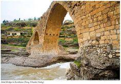 A ponte Delal, sobre o rio Eufrates, fica no extremo norte do Iraque. Ela é considerada uma das mais bonitas do país