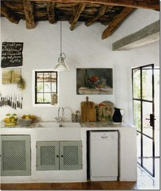 Another summer house on Ibiza (Spain), also small lovely rustic kitchen! Country Kitchen Farmhouse, French Country Kitchens, French Country Decorating, Kitchen Rustic, Cosy Kitchen, Rustic Kitchens, Primitive Kitchen, Kitchen Ideas, Funky Kitchen