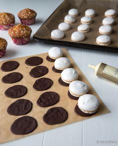 Pulla kuuluu perinteisesti isoihin juhliin, mutta jos pullan maut haluaa juhlapöytään hieman nopeammalla ja helpommalla tavalla, suosittelen leipomaan pullamuffinsseja. Muffinssit on lakitettu ylioppilasteeman mukaisesti. Valkolakkikoristeita voi käyttää myös kakun tai pikkuleipien päällä. Marengit säilyvät viikkoja huoneenlämmössä tiiviissä rasiassa tai pussissa. Muffinssit ja yo-lakkien suklaaosat voi tehdä etukäteen pakastimeen. Ylioppilas-muffinssit Vinkit: Kun juhlapöydässä on…