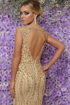 Seleção de vestido longo dourado para formatura