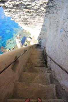 La Corse - Escalier du Roi by bersli, via Flickr Les escaliers du roi d Aragon , haute ville Bonifacio . A faire au moins 1 fois , prévoir une grande bouteille d eau pour la remontée des marches . Cardiaque s abstenir .