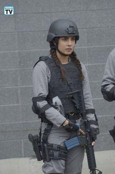 Quantico' Winter Premiere Alex Testifies at a Congressional Hearing Female Cop, Female Soldier, Military Women, Military Police, Quantico Tv Show, Quantico Fbi, Airsoft, Swat Costume, Rifles