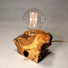 Comprar lámpara de sobremesa de madera reciclada de olivo hecha de forma artesanal. Pieza única de estilo rústico o Vintage.