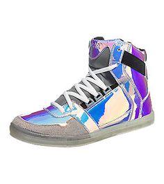 Diese nat-2 Cube Sneakers erregen mit ihrer schrillen Metallic-Oberfläche Aufsehen.