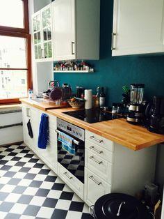 Gemütliche Küche in Kölner Altbau mit dunkelblauer Wand und schwarz-weißen Fliesen. #WohneninKöln #Köln #Küche