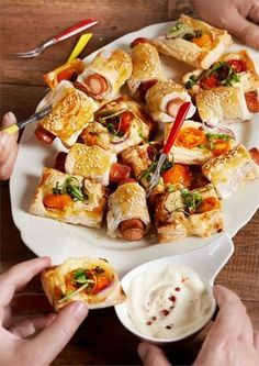 Polecamy przekąski z ciasta francuskiego: parówki w cieście francuskim z keczupem, sezamem i serem żółtym oraz pomidorkami koktajlowymi!