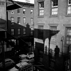 Vivian Maier Self Portrait, 1953 Haciéndose una colecta barrial en USA, para documentar la histoia del barrio, alguien lleva v...