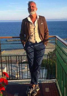 【50代男性】茶ジャケット×紺パンツ×迷彩柄スニーカーの着こなし(メンズ) | Italy Web