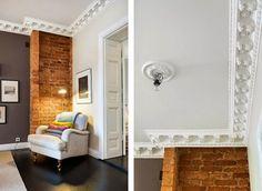 ceglana ściana, ceglany mur, fotel, lampka, sztukateria