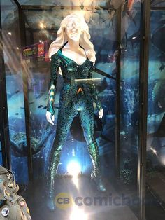 DC Comics' booth has a full display featuring costumes for both Amber Heard's Mera and Jason Momoa's Arthur Curry/Aquaman from the film. Dc Cosplay, Aquaman Cosplay, Ariel Cosplay, Cosplay Ideas, Aquaman Kostüm, Aquaman 2018, Dc Comic Costumes, Movie Costumes, Halloween Costumes
