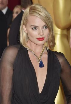 Academy Awards 2015: Margot Robbie made quite a statement on the Red Carpet this year with a vintage gold Van Cleef & Arpels Zip necklace set with diamonds and sapphires. Photo: Jennifer Graylock