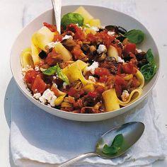 Kulinarische Weltreise: Dank getrockneter Tomaten wird der Sugo aus Tomaten und Auberginen besonders aromatisch. Zum Rezept: Bandnudeln mit Auberginen und Tomaten
