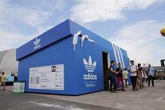 Uma loja itinerante da Adidas. Um design criativo e que chama a atenção, apenas bater o olho já se sabe do que se trata a grande caixa de tênis.
