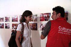 Edwin Montoya le hace un recorrido de la exposición fotográfica a la Viceministra de cultura