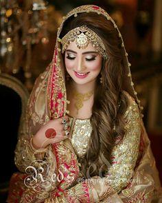 Love the border of the dupatta Pakistani Bridal Makeup, Pakistani Wedding Outfits, Indian Bridal Wear, Bridal Outfits, Bridal Lehenga, Pakistani Dresses, Bridal Makeup Looks, Bridal Beauty, Bridal Looks