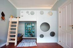 En høj seng som denne er det perfekte element i et både stort og lille børneværelse. Sengen er tryg - og sjov med kighuller i den ellers lukkede og beskyttende sengehest. Rummet nedenunder er som et lille rum i sig selv - eller en hule hvis man vil. Man kan vælge at male sengen, som vi har gjort, eller lade den stå i den flotte birkekrydsfinér.