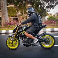 If you want to explore the world on your motorcycle without endangering your life, the ScorpionExo Covert Helmet provides the necessary protection. Ducati Scrambler, Yamaha, Fz Bike, Skull Motorcycle Helmet, Matte Black Helmet, Cb 300, Cafe Racer Moto, Bike Stickers, Motorcycle Manufacturers