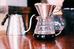 Filtre kahvenin 6'ya yakın demleme çeşidi var. Gördüğünüz V60. Filtre kahve istediğinizde nasıl demlenmesini istiyorsanız ayrıca belirtmeniz gerekiyor.