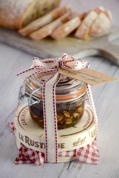 The oven-baked Camembert kit, an original gourmet gift idea for parties. Gourmet Gifts, Food Gifts, Baked Camembert, Diy Cadeau Noel, Mason Jar Gifts, Edible Gifts, Partys, 20 Min, Diy Kits