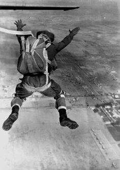 Saltando desde el avión JUNKER, en la Base Militar de Paracaidismo Mendez Parada, en 1964.