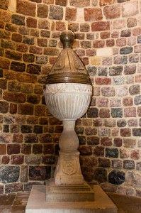 Chrzcielnica przykryta czaszą z V wieku z napisami wykonanymi przez Wikingów