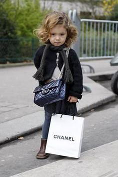 Fora as crianças celebrities fofuxas fashionistas (leia-se Suri Cruise, os Jolie-Pitt entre outros), essa menininha AHAZZOU!! Olha o carão!!! E a bolsa?? Páara! Quero uma dessa!! (a bolsa e a menininha rsrsrs) Foto: Hel Looks