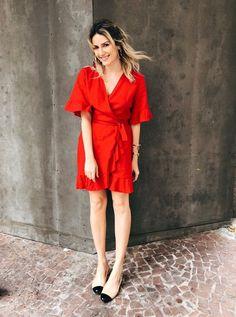 O look monocromático em vermelho é perfeito para todos os dias. Já avisamos por aqui que os wrap dress estão fazendo sucesso entre as it-girls e o modelo em vermelho é certeiro para o próximo verão. Karina Facci - vestido-vermelho-dzarm - vestido - verão - street style Dresses For Teens, Trendy Dresses, Nice Dresses, Dresses For Work, Dresses With Sleeves, Dress Brokat, Spring Dresses Casual, Classy Dress, Night Outfits