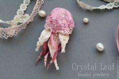 Купить или заказать Pink Jellyfish в интернет-магазине на Ярмарке Мастеров. Это, без преувеличения, самое гламурное украшение из всех, что я когда-либо делала :) Небольшая розовая медуза из фетра, расшитая бисером, пайетками, жемчугом и биконусами Сваровски. Щупальца сделаны из атласных лент и хлопчатобумажного кружева. Медузка получилась изящная и нежная, объемная, красиво сверкает на солнце.