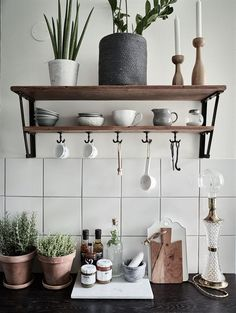 Modern rustic kitchen shelf #kitchenshelf (via Historiska Hem)