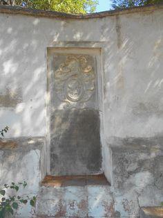 Placa en el lugar en el que hubo una fuente en el cementerio original.