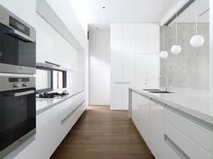 Kitchen Design Ideas - White, Modern and Minimalist Cabinets // The hardware-free white cabinets of this kitchen are softened up by warm wood flooring. New Kitchen, Kitchen Dining, Kitchen Decor, Kitchen White, Gloss Kitchen, Kitchen Floors, Island Kitchen, Cocinas Kitchen, Minimalist Kitchen